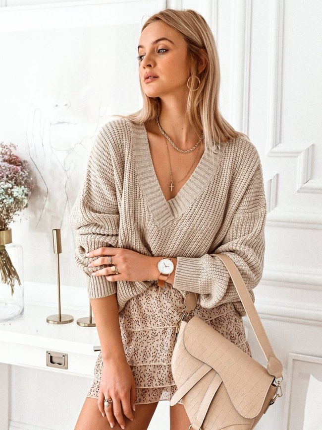 Beige wool v-neck sweater with a brooch