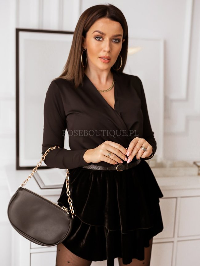 Black body with long sleeves with a pleat