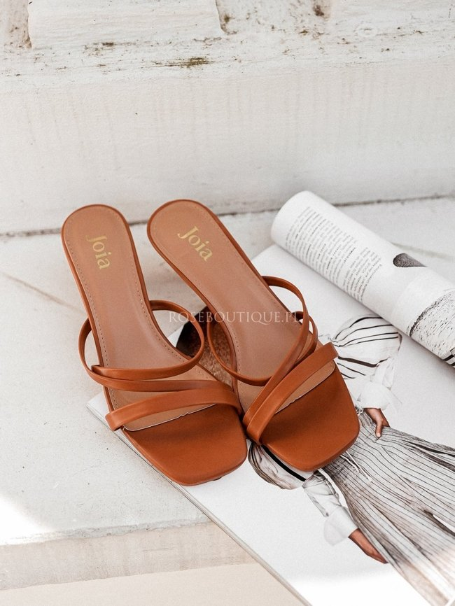 Caramel sandals with a square toe