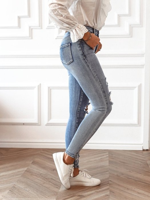Tight jeans with holes